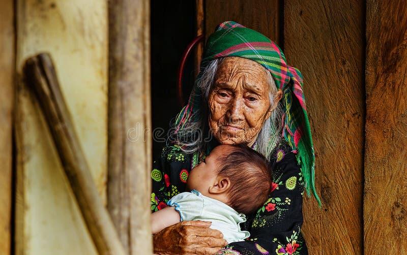 Een minderheidsgrootmoeder die haar kleindochter houden royalty-vrije stock fotografie