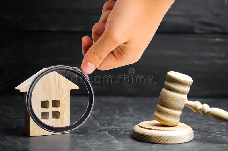 Een miniatuurblokhuis en een hamer van de rechter Veiling aan B stock foto's