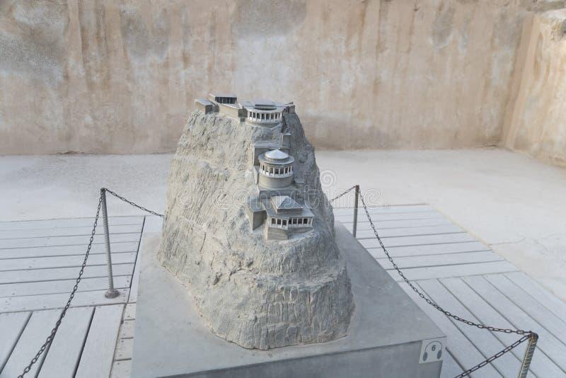Een miniatuurmodel van het de zomerpaleis van Koning Herod in zelotvesting Masada, Isra?l Weergeven van het model van de berg met royalty-vrije stock foto's
