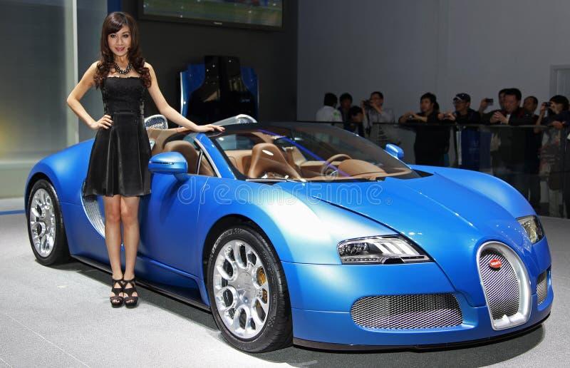 Een model en een Bugatti Veyron 16.4 Grote Sport stock fotografie