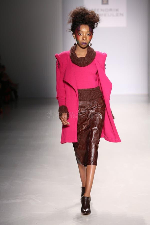 Een model loopt de baan bij de modeshow van FTL Moda tijdens Mercedes-Benz Fashion Week Fall 2015 stock afbeelding