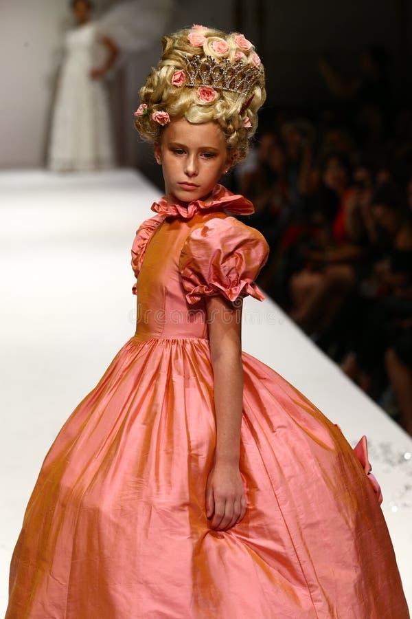 Een model loopt de baan bij de Nancy Vuu-modeshow royalty-vrije stock foto's