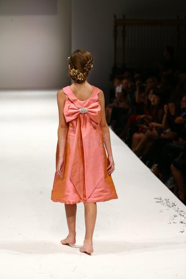 Een model loopt de baan bij de Nancy Vuu-modeshow stock afbeeldingen