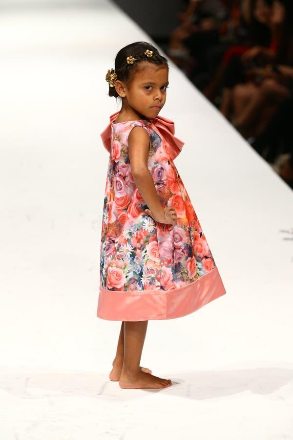Een model loopt de baan bij de Nancy Vuu-modeshow stock fotografie