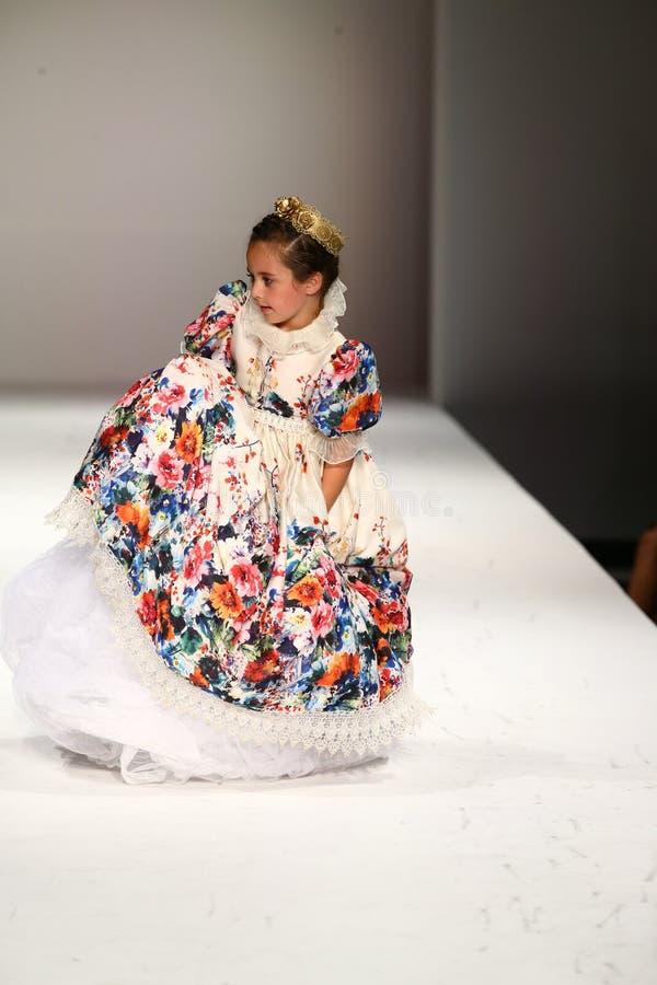 Een model loopt de baan bij de Nancy Vuu-modeshow stock foto