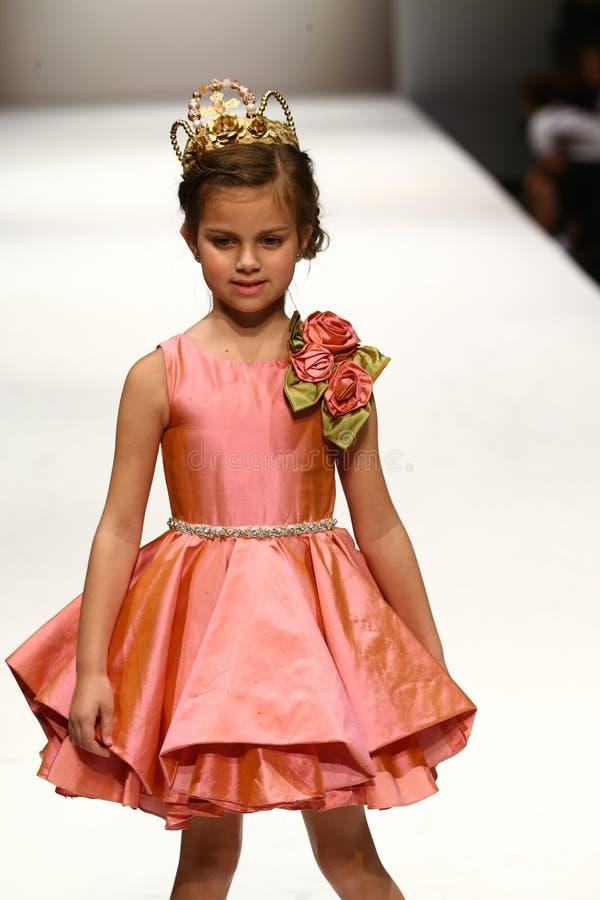 Een model loopt de baan bij de Nancy Vuu-modeshow stock afbeelding