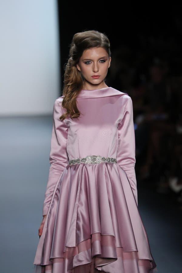 Een model loopt de baan bij de Nancy Vuu-modeshow royalty-vrije stock fotografie