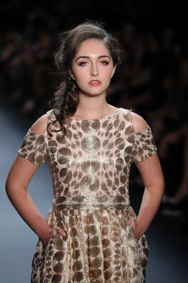 Een model loopt de baan bij de Nancy Vuu-modeshow stock foto's