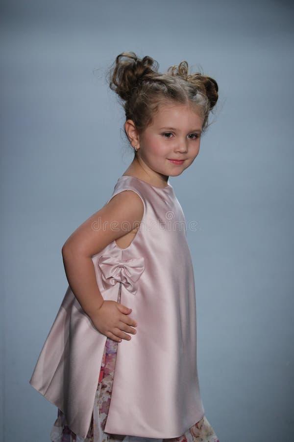 Een model loopt de baan bij de Nancy Vuu-modeshow royalty-vrije stock foto
