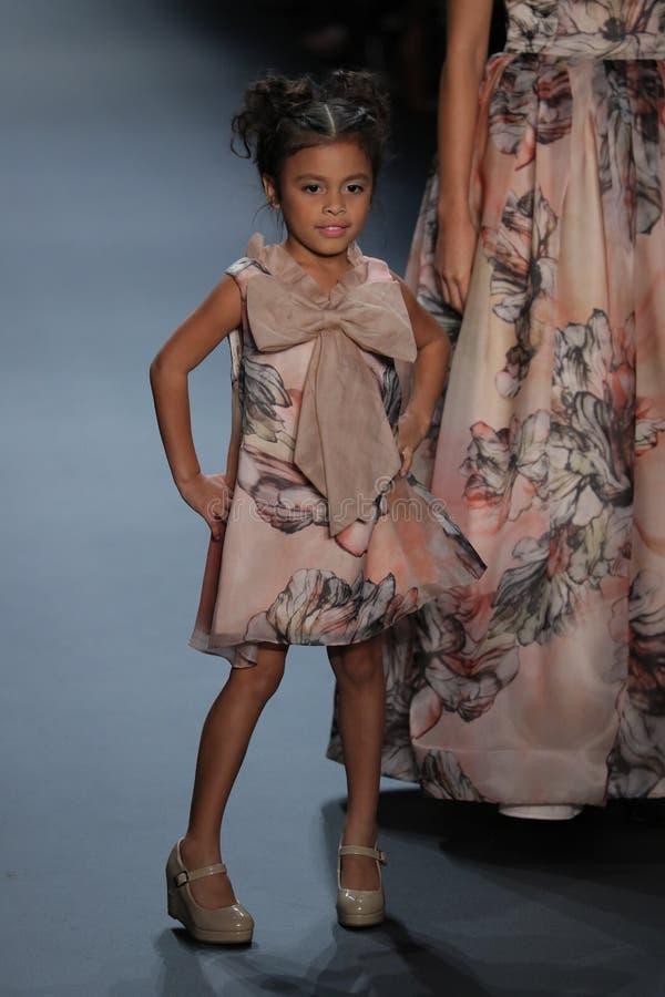 Een model loopt de baan bij de Nancy Vuu-modeshow royalty-vrije stock afbeelding