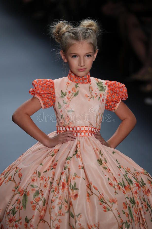 Een model loopt de baan bij de Nancy Vuu-modeshow royalty-vrije stock afbeeldingen