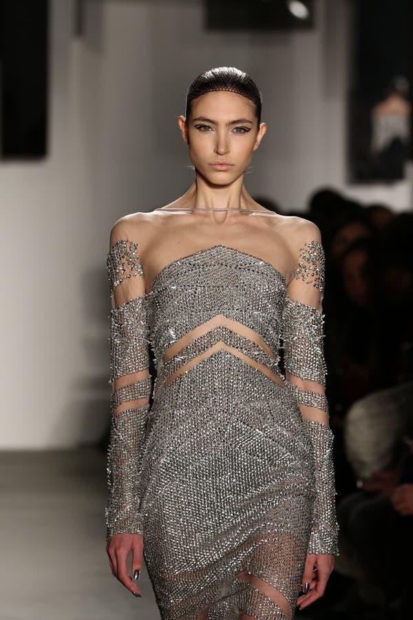 Een model loopt de baan bij Pamella Roland-modeshow stock afbeeldingen
