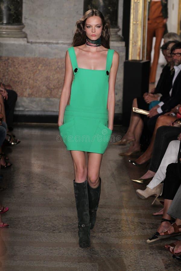 Een model loopt de baan in Emilio Pucci toont als deel van Milan Fashion Week stock fotografie