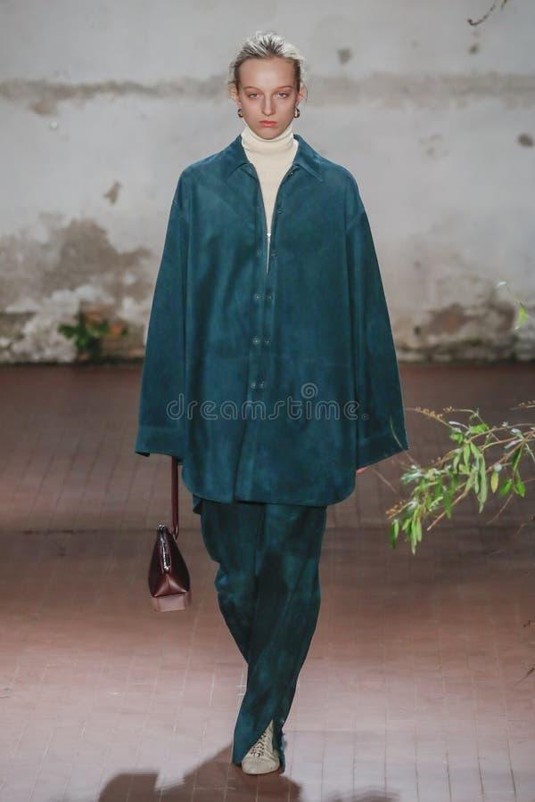 Een model loopt de baan in Jil Sander toont in Milan Fashion Week Autumn /Winter 2019/20 stock afbeelding