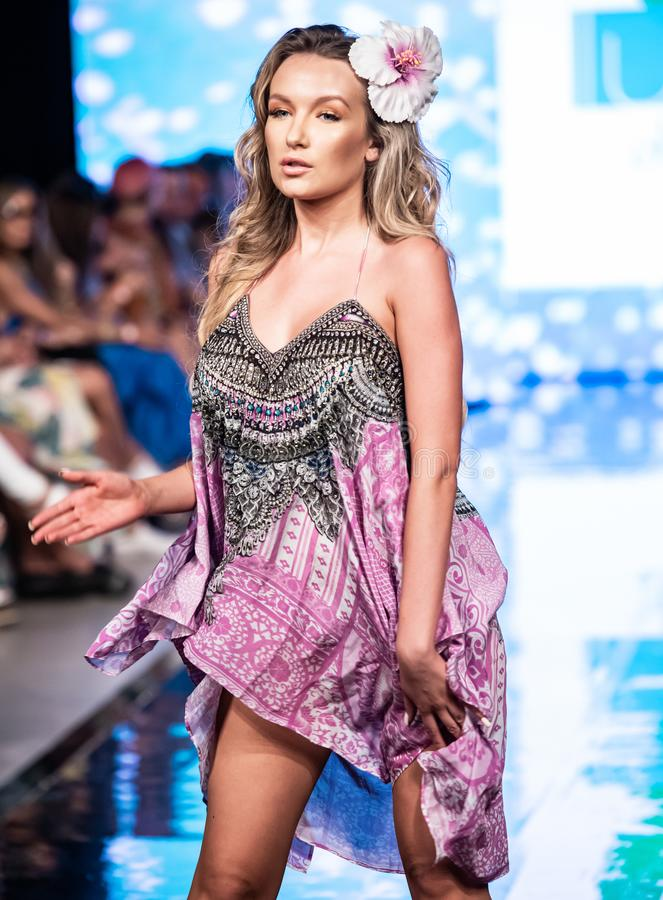 Een model loopt de baan in Miami zwemt Week 2019 stock foto's