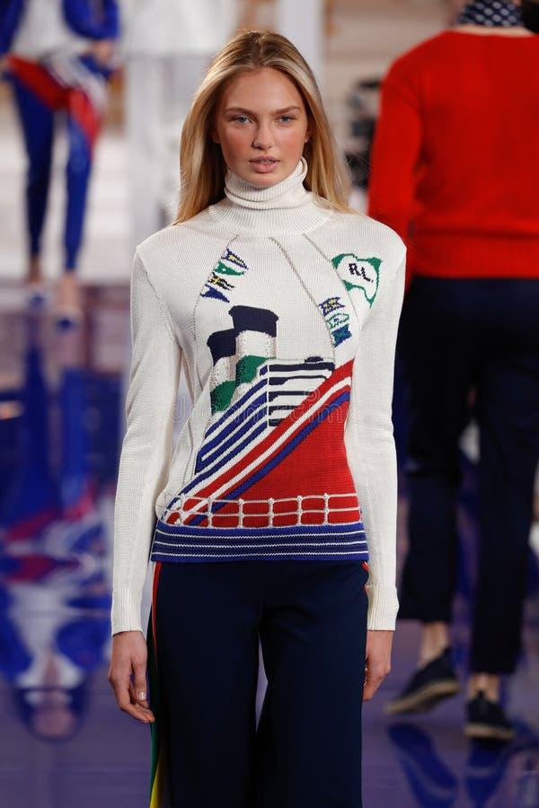 Een model loopt de baan in Ralph Lauren Spring /Summer 18 modeshow stock afbeelding