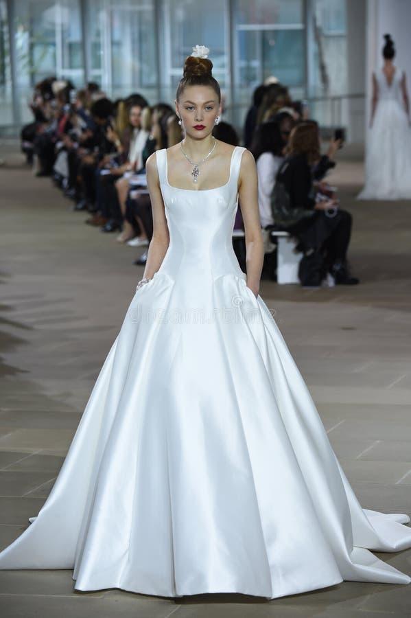 Een model loopt de baan tijdens de bruids modeshow van Ines di Santo Spring /Summer 2018 royalty-vrije stock afbeelding