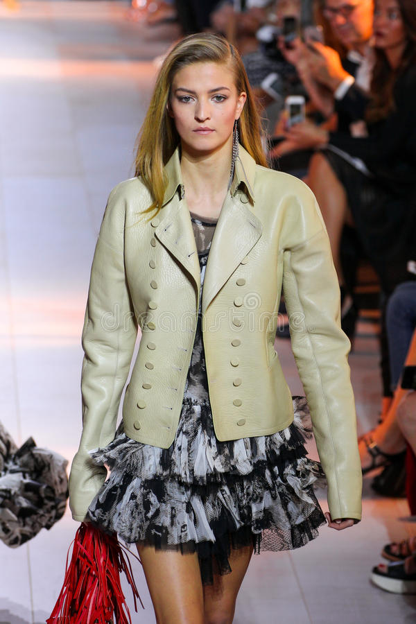 Een model loopt de baan tijdens de Roberto Cavalli-modeshow royalty-vrije stock foto's