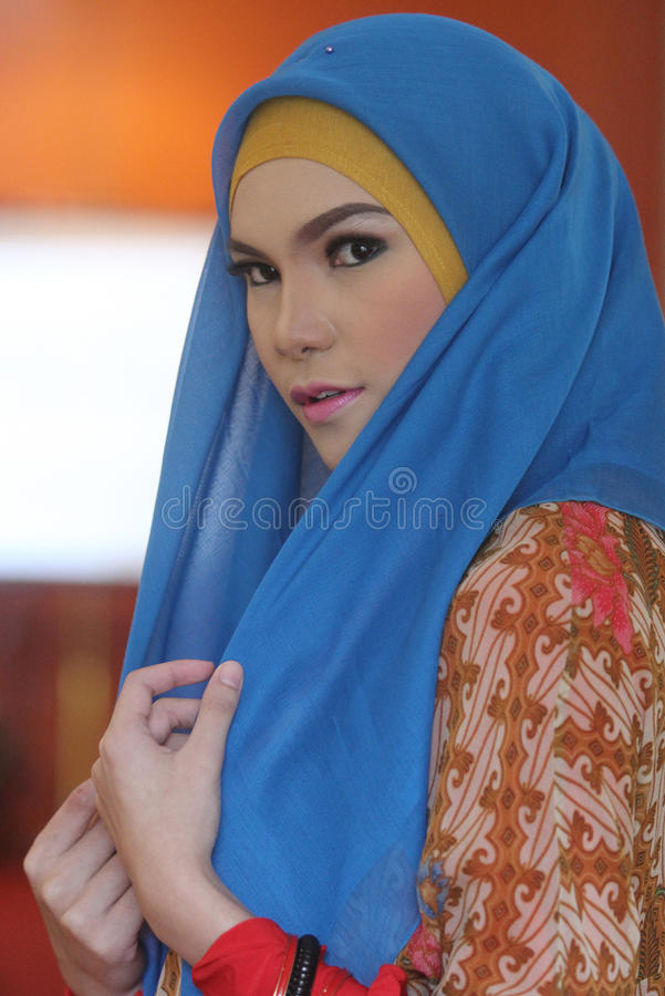 Een model van Moslimslijtage tijdens de modeshow Moslims in een batikafzet royalty-vrije stock afbeeldingen
