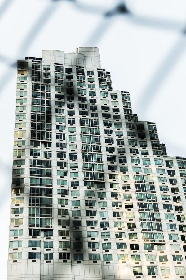 Een modern flatgebouw in Brooklyn Van de binnenstad, zoals die door uit de omheining van het nadruknetwerk, de Stad van New York, stock fotografie