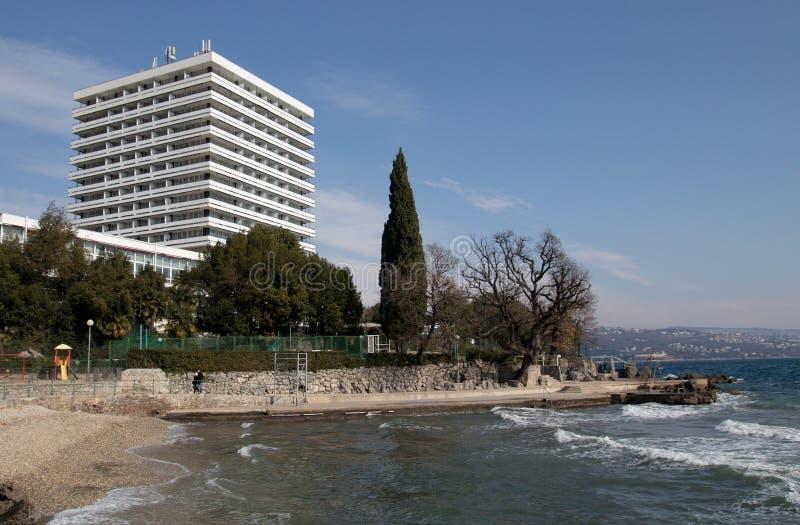 Een modern hotel door het overzees stock foto