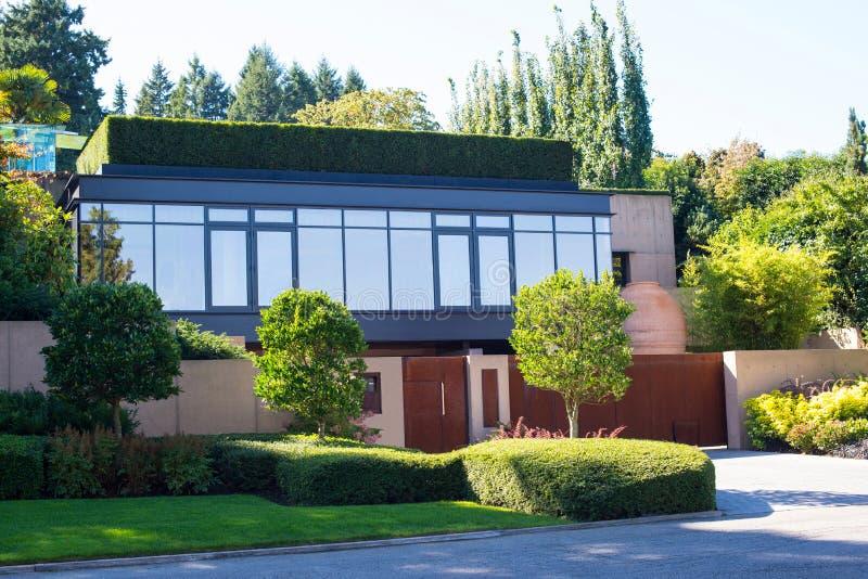 Een modern huis stock afbeelding