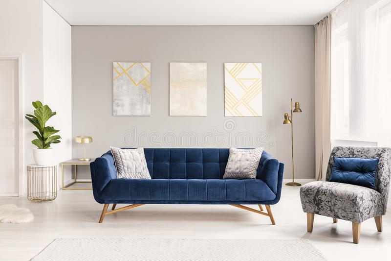 Een modern woonkamerbinnenland van een luxueuze hotelflat met een ontwerperlaag, een leunstoel en kunstdecoratie Echte foto royalty-vrije stock fotografie