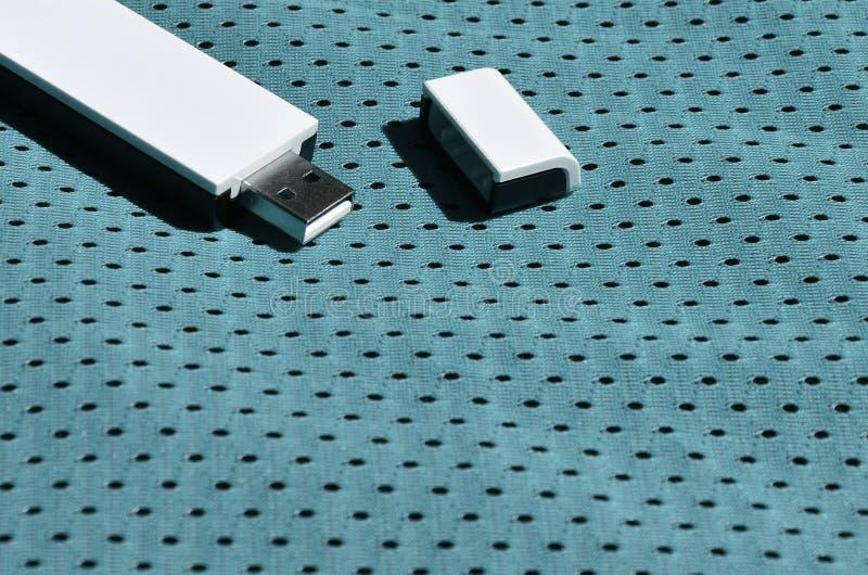 Een moderne draagbare adapter van USB wordt WiFi op de blauwe die sportkleding geplaatst van polyesternylon fibe wordt gemaakt stock foto's