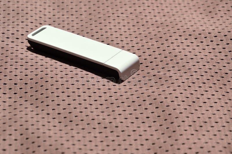 Een moderne draagbare adapter van USB wordt WiFi op de bruine die sportkleding geplaatst van polyesternylon fibe wordt gemaakt stock fotografie