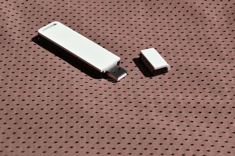Een moderne draagbare adapter van USB wordt WiFi op de bruine die sportkleding geplaatst van polyesternylon fibe wordt gemaakt royalty-vrije stock fotografie