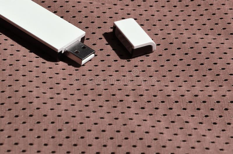 Een moderne draagbare adapter van USB wordt WiFi op de bruine die sportkleding geplaatst van polyesternylon fibe wordt gemaakt stock afbeelding