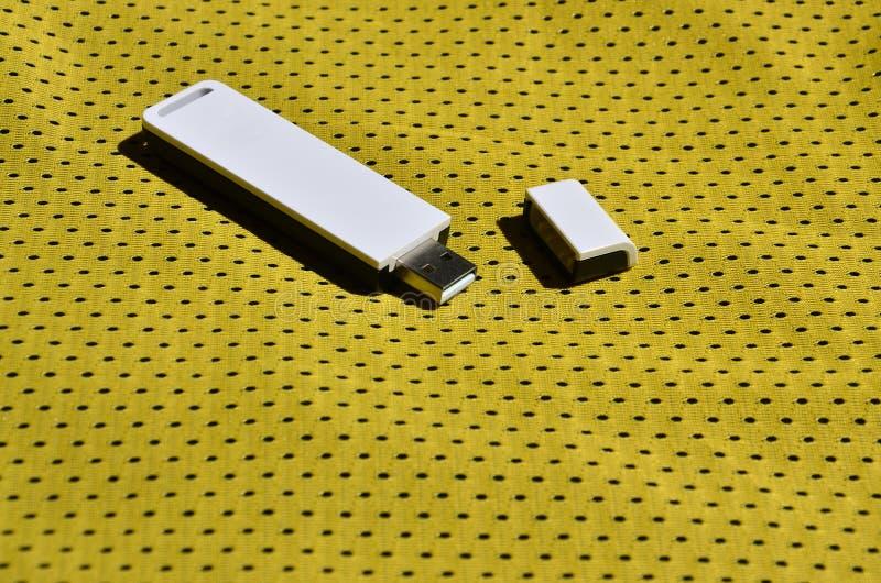Een moderne draagbare adapter van USB wordt WiFi op de gele die sportkleding geplaatst van polyesternylon fibe wordt gemaakt stock afbeelding