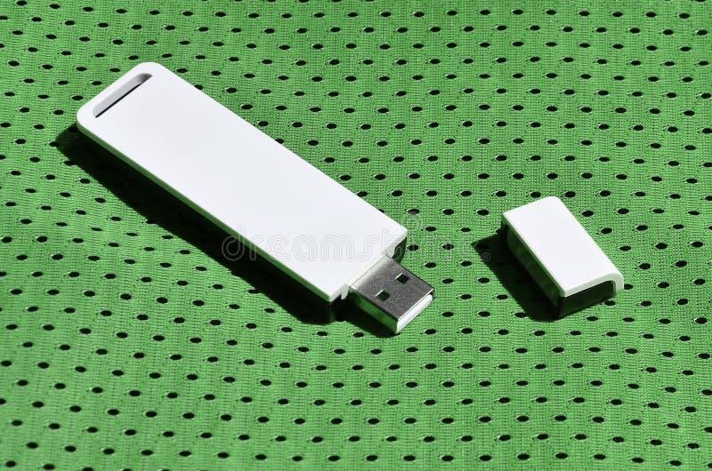 Een moderne draagbare adapter van USB wordt WiFi op de groene die sportkleding geplaatst van polyesternylon fibe wordt gemaakt royalty-vrije stock foto