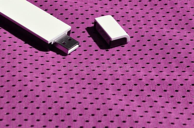 Een moderne draagbare adapter van USB wordt WiFi op de purpere die sportkleding geplaatst van polyesternylon fibe wordt gemaakt stock fotografie