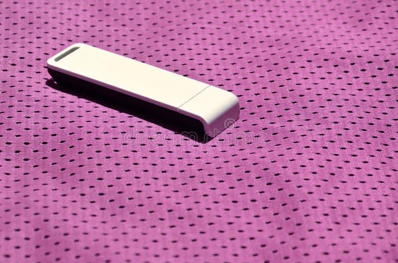 Een moderne draagbare adapter van USB wordt WiFi op de purpere die sportkleding geplaatst van polyesternylon fibe wordt gemaakt royalty-vrije stock foto