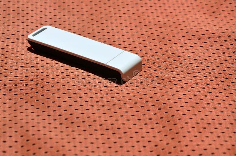 Een moderne draagbare adapter van USB wordt WiFi op de rode die sportkleding geplaatst van polyesternylon fibe wordt gemaakt stock foto's