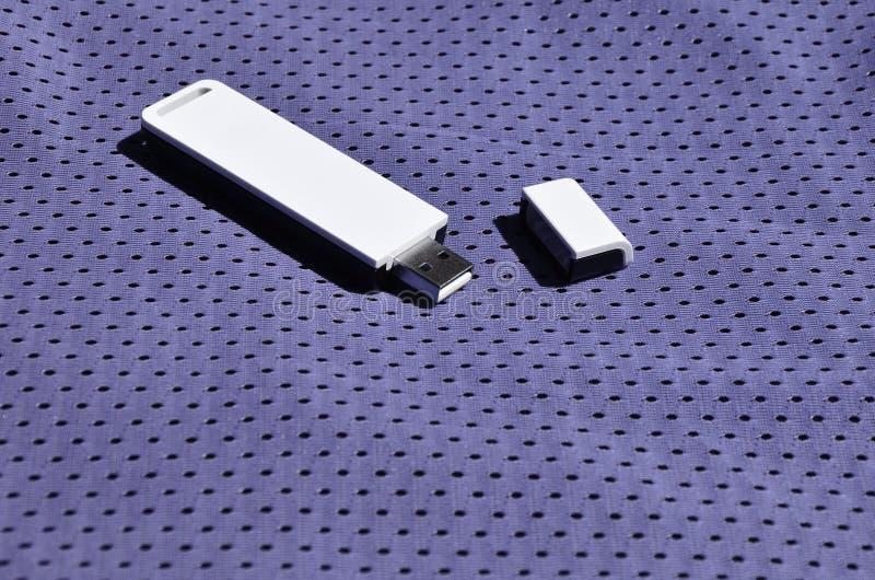Een moderne draagbare adapter van USB wordt WiFi op de violette die sportkleding geplaatst van polyesternylon fibe wordt gemaakt royalty-vrije stock foto's