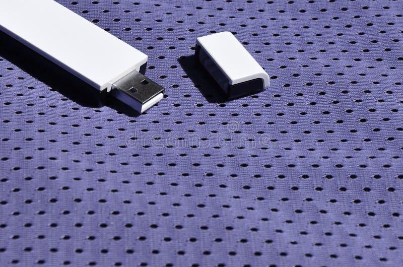 Een moderne draagbare adapter van USB wordt WiFi op de violette die sportkleding geplaatst van polyesternylon fibe wordt gemaakt stock foto's