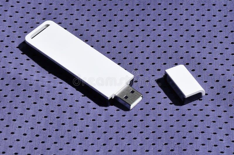 Een moderne draagbare adapter van USB wordt WiFi op de violette die sportkleding geplaatst van polyesternylon fibe wordt gemaakt royalty-vrije stock fotografie