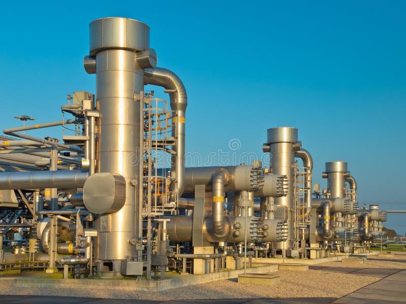 Een moderne installatie van de aardgasverwerking stock afbeeldingen