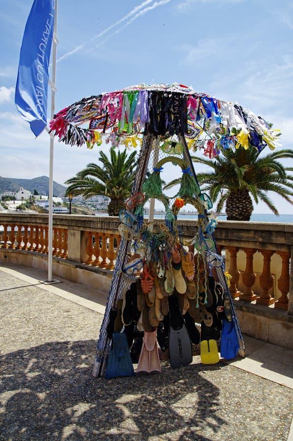 Een moderne kleurrijke die beeldhouwwerkinstallatie van gebruikte die paraplu's, vinnen, wipschakelaars wordt gemaakt in cente wo stock afbeeldingen