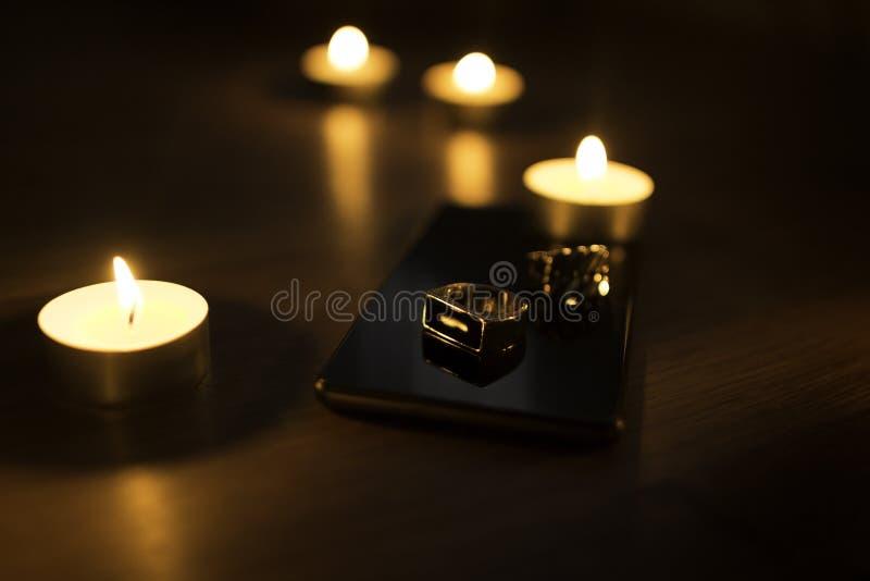 Een moderne metaalring met het branden van kaarsen op de achtergrond royalty-vrije stock fotografie