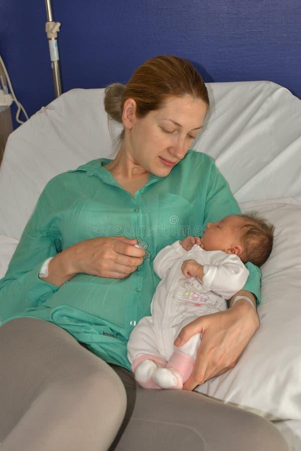 Een moeder bekijkt haar pasgeboren baby royalty-vrije stock afbeeldingen
