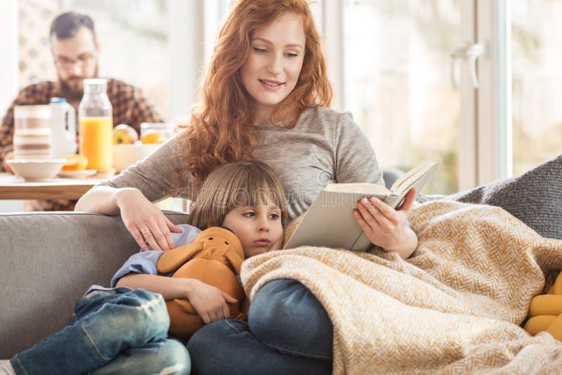 Een moeder die een boek lezen stock foto's