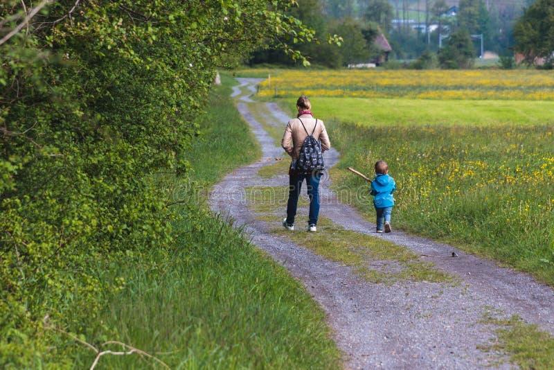 Een moeder die met haar zoon lopen stock afbeeldingen