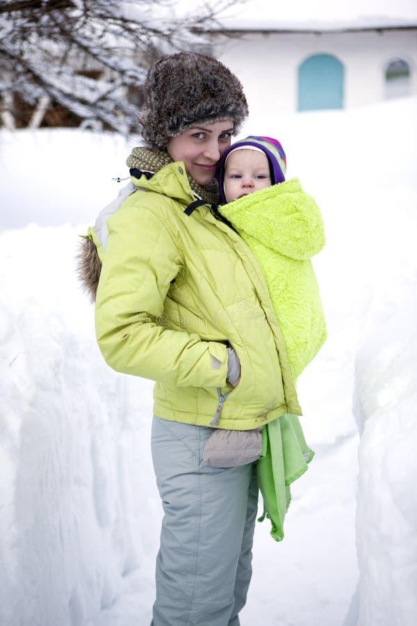 Een moeder en haar baby die in de winter lopen royalty-vrije stock foto's