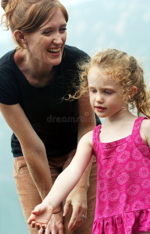 Een moeder glimlacht bij Haar Dochter stock fotografie