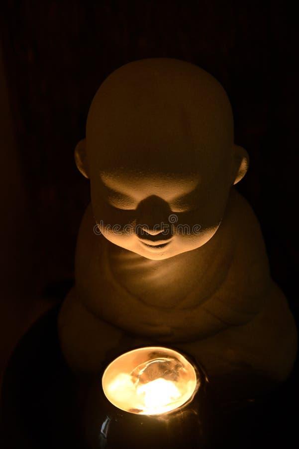 Een monnik bidt voor zegen met een kaars royalty-vrije stock foto
