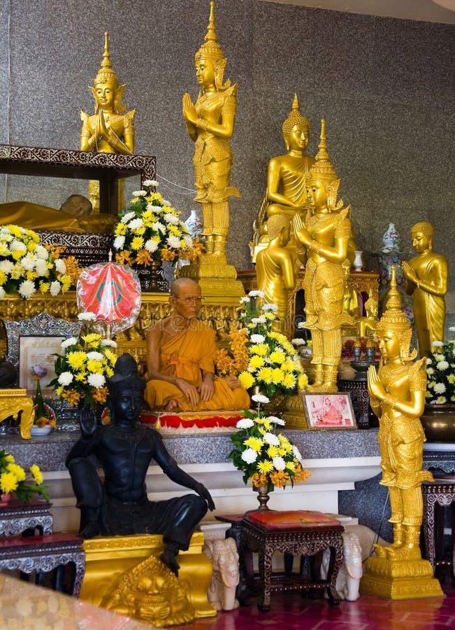 Een monnik zit in een Boeddhistische tempel royalty-vrije stock afbeeldingen