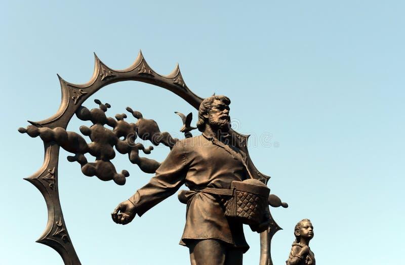Een monument aan de kolonisten in Altai op het vierkant van Oktober in Barnaul royalty-vrije stock afbeelding
